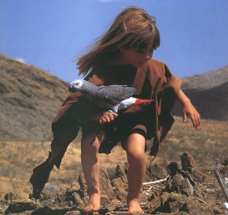 niña tipi jueva con aves en el desierto africa