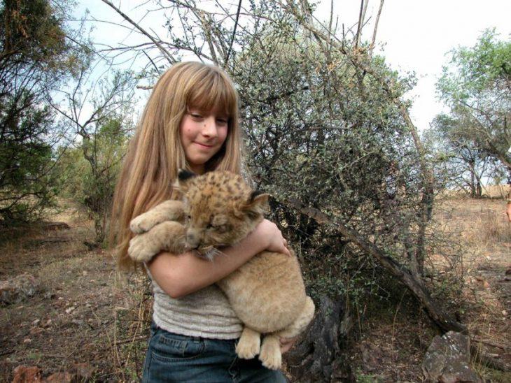 niña tippi con leopardo abrazado en sus manos