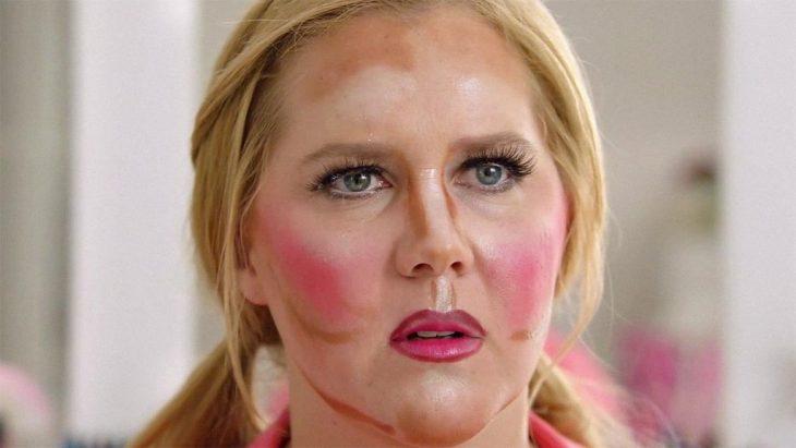 mujer haciendo maquillaje de contrno mal hecho