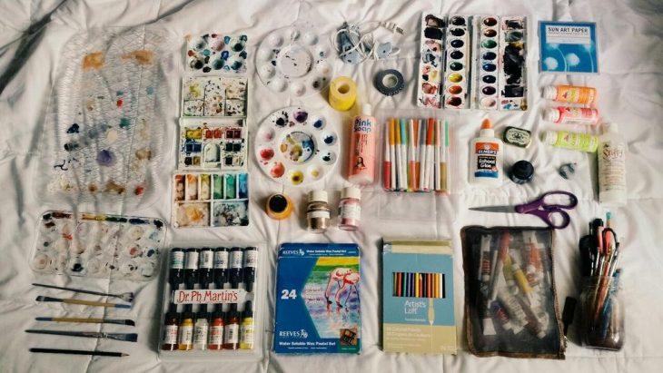 Material artistico obsesiva del color pinturas y pinceles