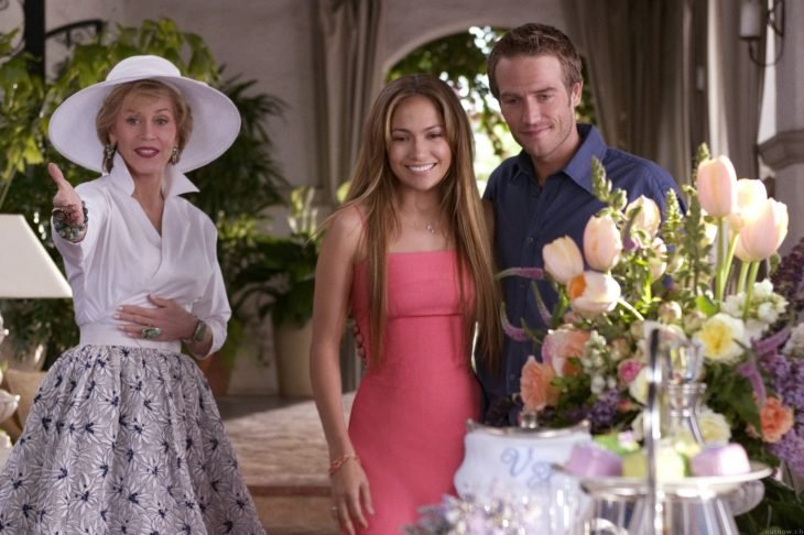 reunion familiar pareja suegra nuera hijo flores visita