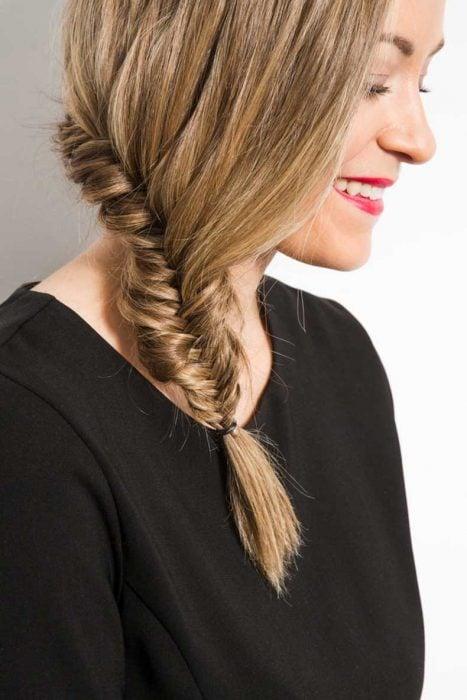 trenza tipo espiga de lado cabello largo medio sencillo
