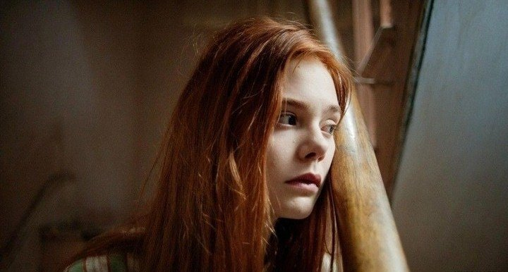 chica peliroja sentada en escaleras ginger rose