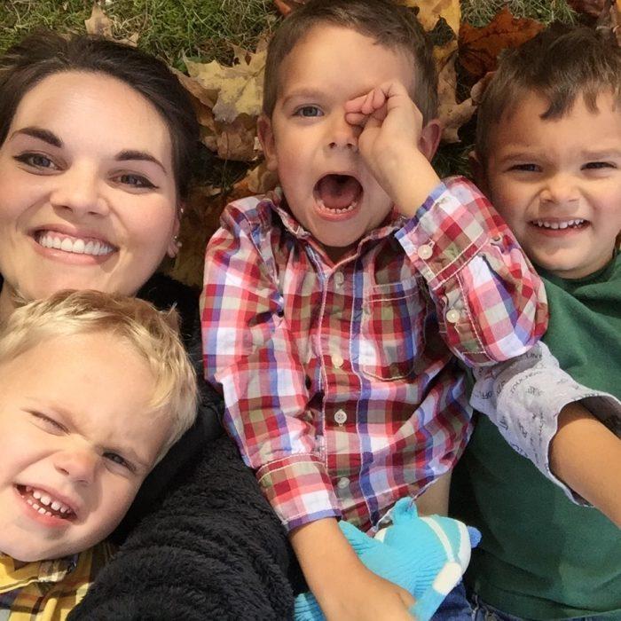 tres hijos y rachel boley sonrien madre soltera