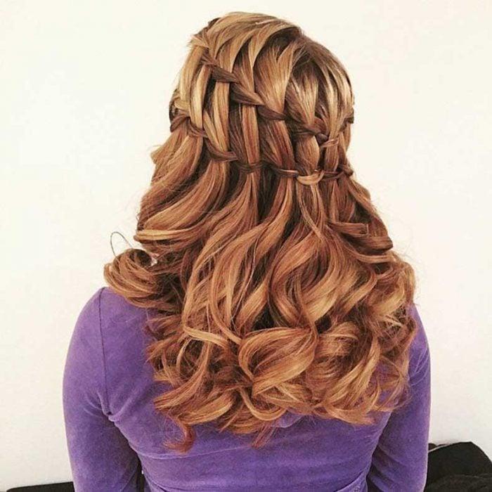 trenza de escalera con rizos ondulados sueltos cabello largo