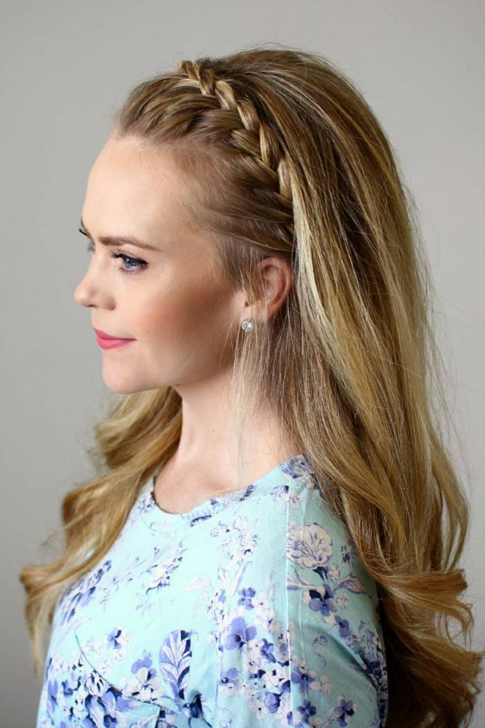 diadema de trenza con cabello suelto hacia atrás