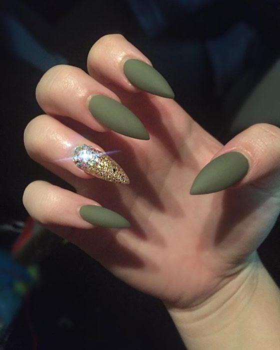manicura de uñas color verde personalidad natural