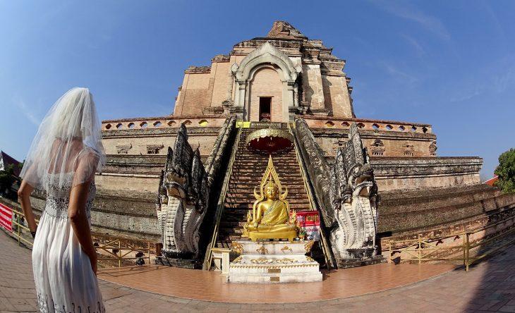 mujer vestido de novia en el templo budista en chang mai tailandia