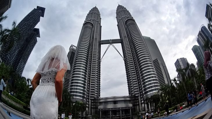mujer vestido de novia en las torres gemelas de kuala lumpur