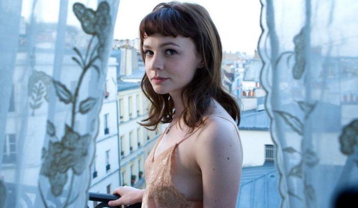 chica en un balcon en pijama mujer linda