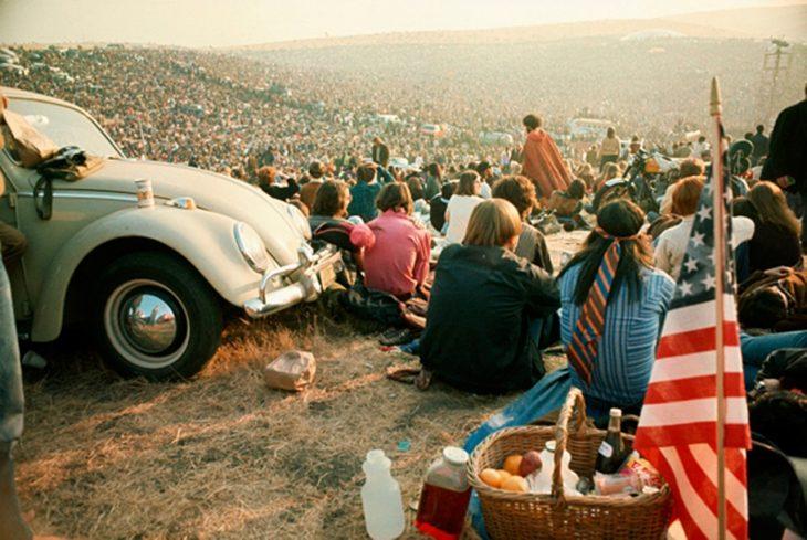 una multitud sentados en el suelo bocho hippie