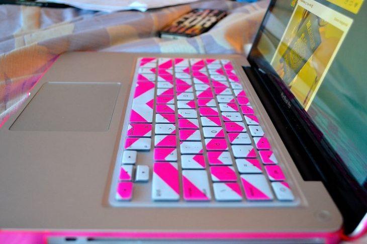 computadora con teclado de colores diseño rosa y azul