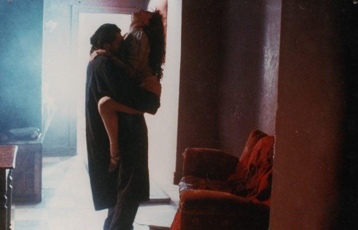 hombre carga a una mujer romance pasion el lado oscuro del corazon