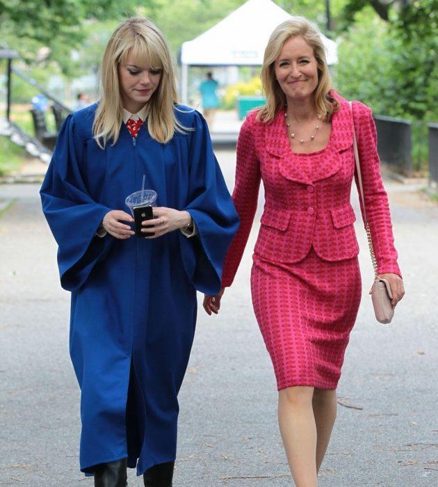 madre traje rosa hija con toga de graduacion emma stone