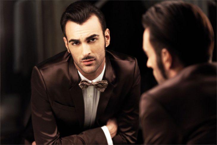 hombre modelo italiano frente al espejo sexy