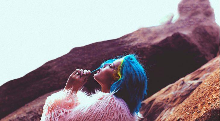 chica cabello azul en unas montañas