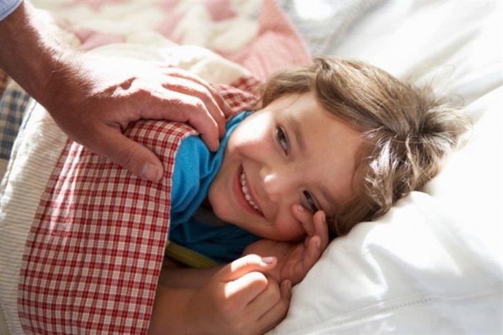 niña acostada la despiertan sonrisa hijos despertar