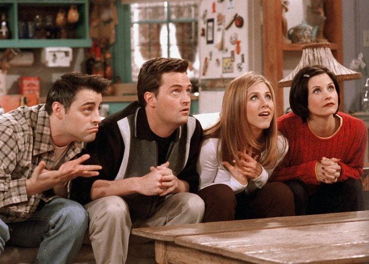 friends amigos viendo la television series de los 90s