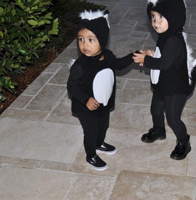 niños disfrazados de zorrillos primos familia