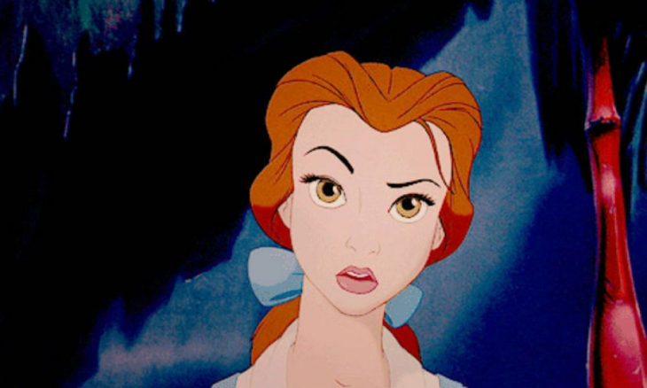 princesa bella levanta la ceja molesta y enojada