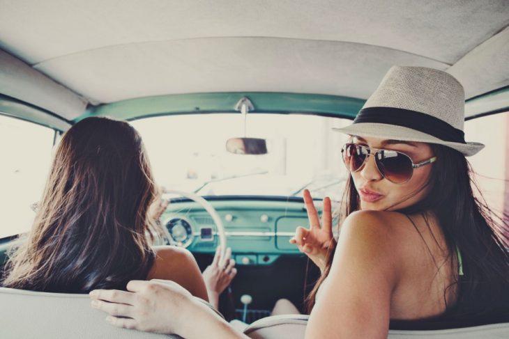 amigas viaje carretera coche lentes sombrero amigas