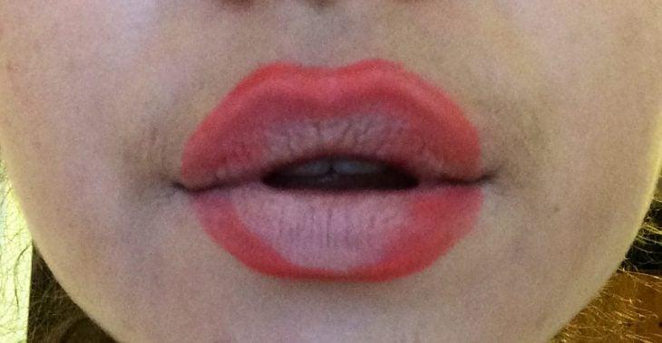 labios sobrellenados mal maquillaje