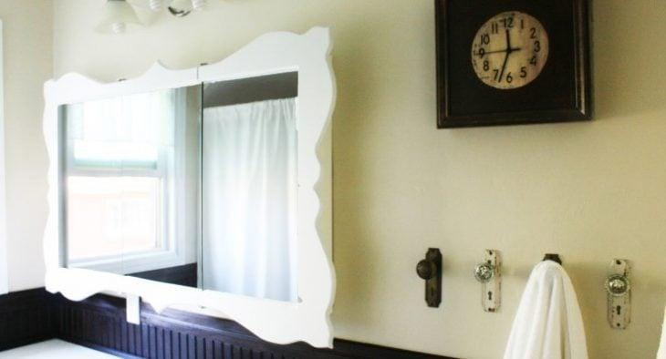 chapas viejas en la pared para colgar toallas
