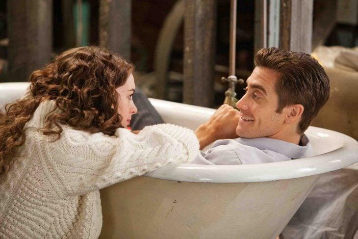 pareja en tina de baño sonríen platican