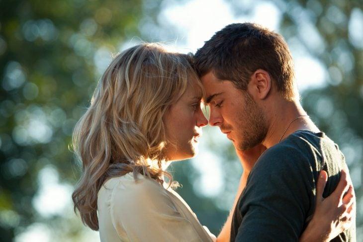 pareja de frente para besarse enamorados