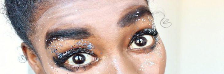mujer ojos con maquillaje de brillos mal maquillaje