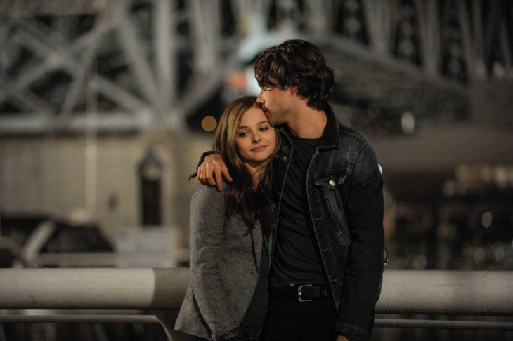 pareja de jovenes abrazados el le da un beso en la frente a ella