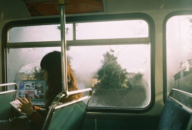 mujer sentada en una ventana viaja sola
