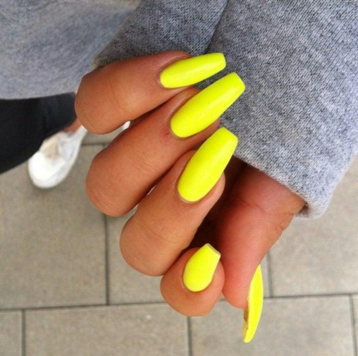 manicura color amarillo personalidad alegre y feliz