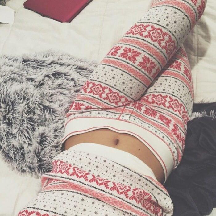 mujer acostada en la cama con pijama puesta