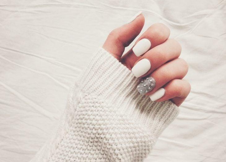 manicura de uñas color blanco personalidad inocente y pureza