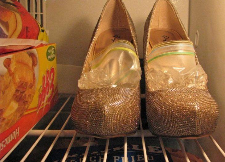 bolsas de agua dentro de zapatos