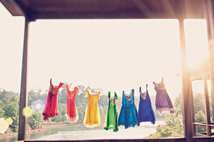 obsesiva del color vestidos de colores tendidos al sol
