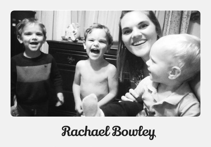 madre soltera sonrie con sus tres hijos