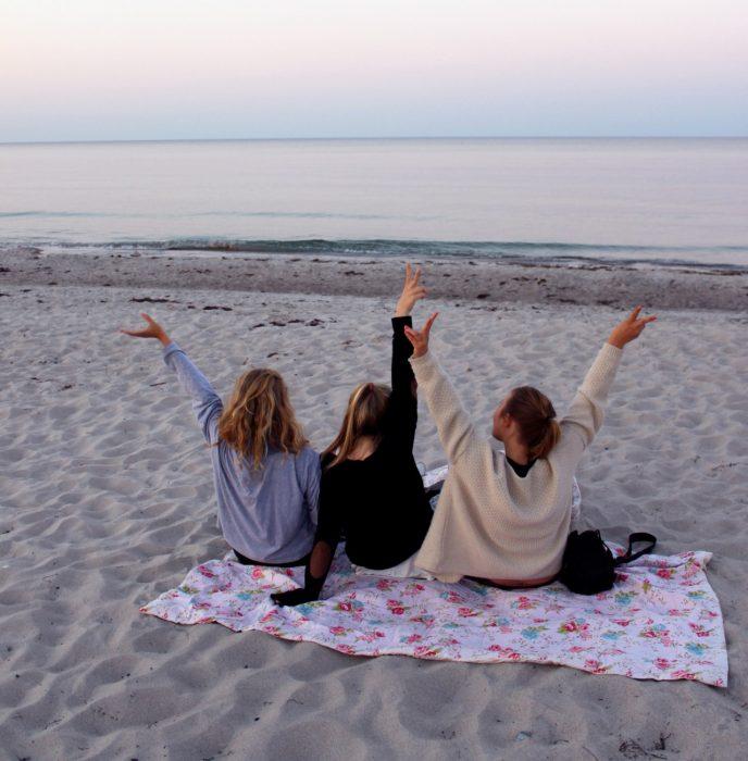 tres amigas de espaldas en la playa