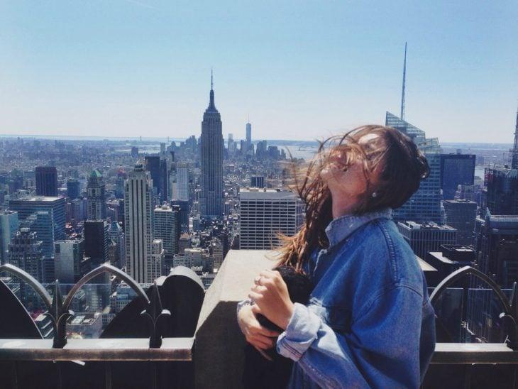 mujer en la mañana en la ciudad nueva york