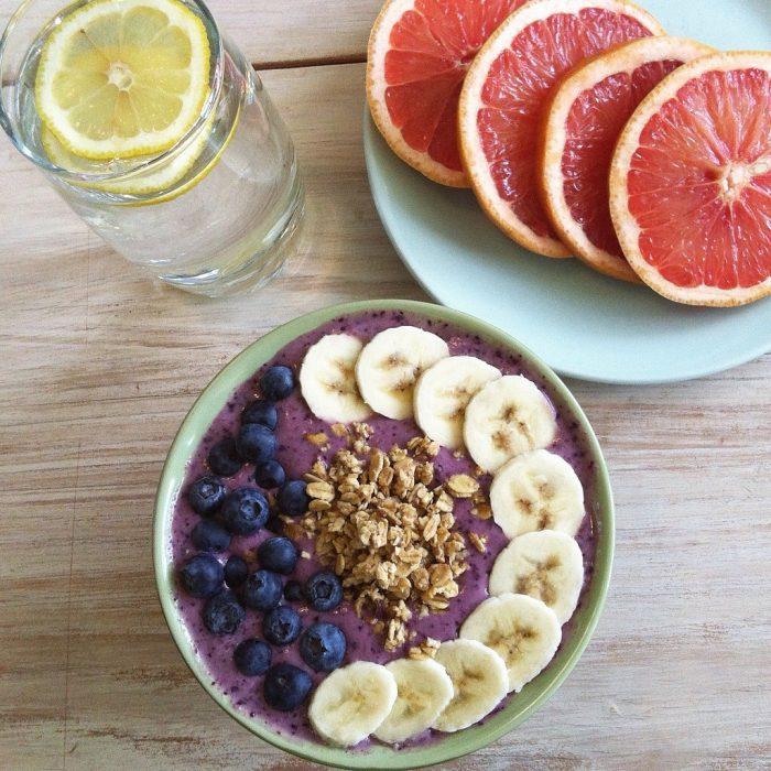 plato de frutas toronja agua y limon