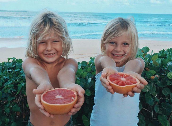 niños con toronja extendiendo sus brazos compartir amor