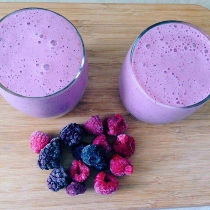 obsesiva del color vaso de smothie frutos rojos morado moras