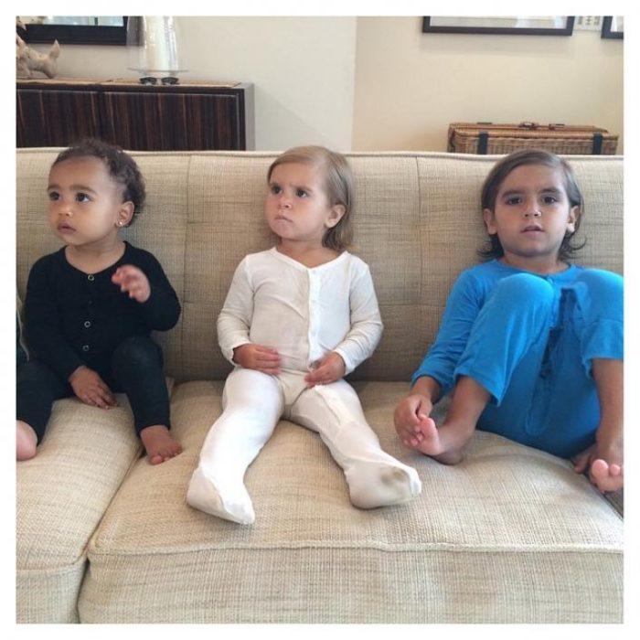 tres niños primos en el sillon familia chicos