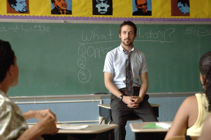 profesor guapo educando en clase pizarron ryan