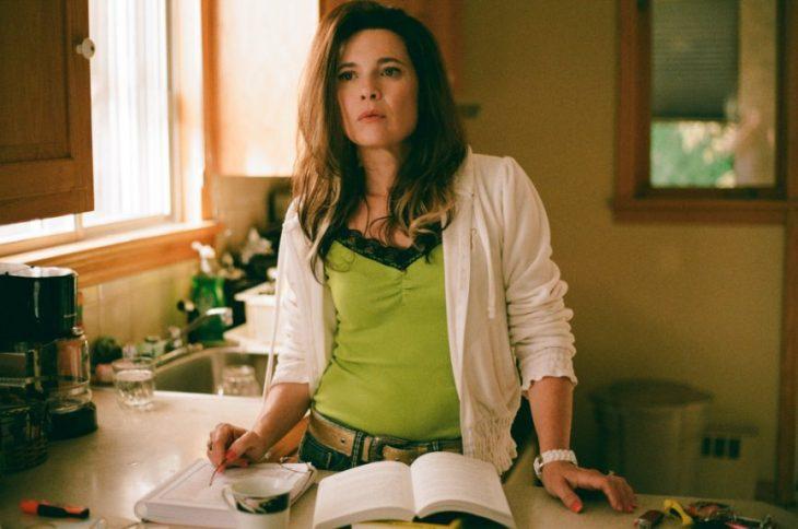 mujer de pie en la cocina libro para cocinar