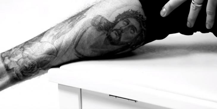 tatuaje de jesus en pantorrilla de justin bieber