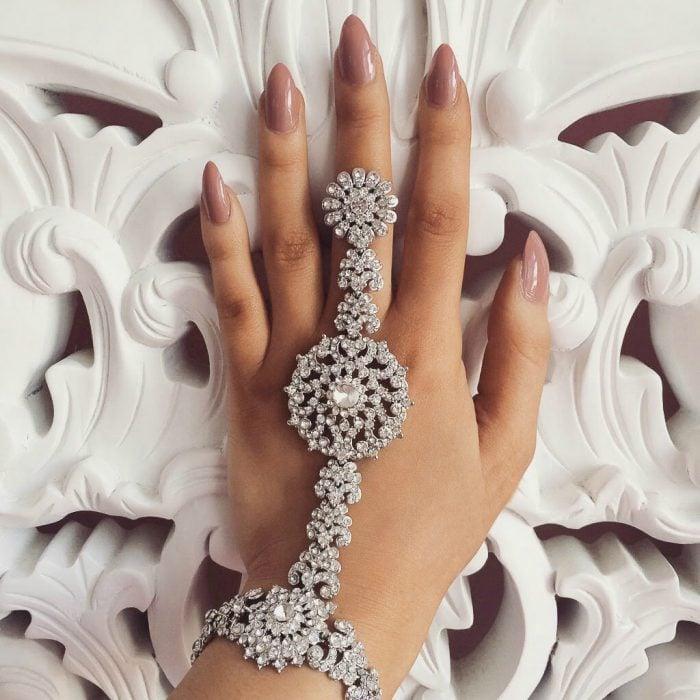 manicura de uñas color piel personalidad independiente