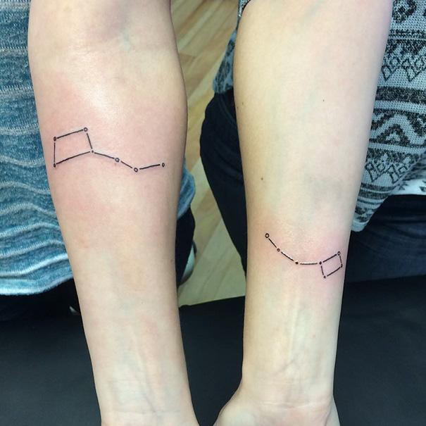 tatuaje hermanas constelación