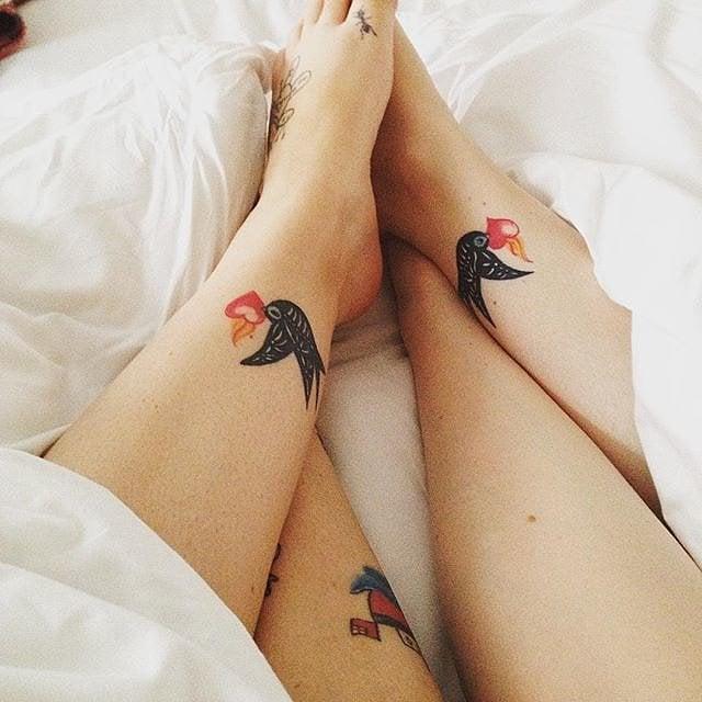 tatuajes golondrinas hermanas tobillo